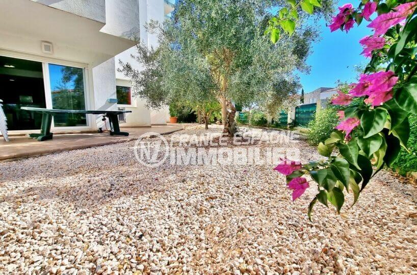 immo roses: appartement 2 chambres 73 m², terrasse de 37 m² + jardin privé de 136 m², proche plage