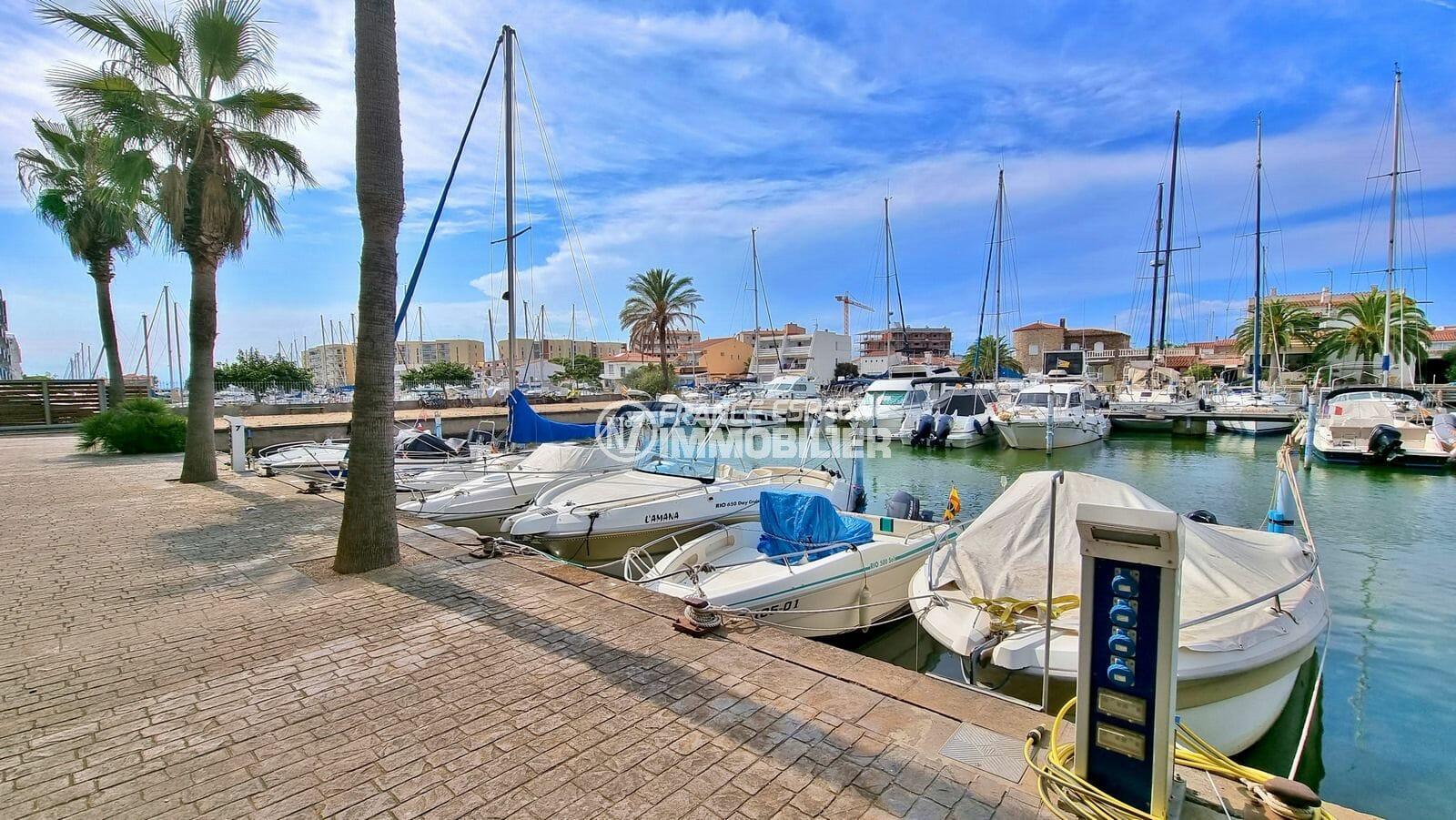 rosas immo: amarre-anneau 6,5 m x 2,35 m sur le canal de santa margarita avec eau et électricité