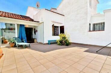 maison a vendre a rosas, 2 chambres 64 m² construite sur 140 m² terrain, patio et parking cour intérieure, proche plage