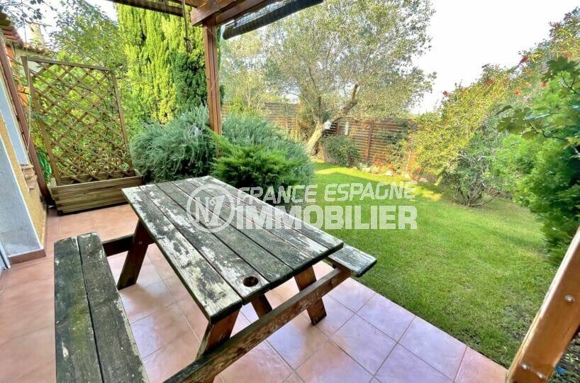 achat maison espagne costa brava, 3 chambres 113 m², terrasse avec salon de jardin table et bancs