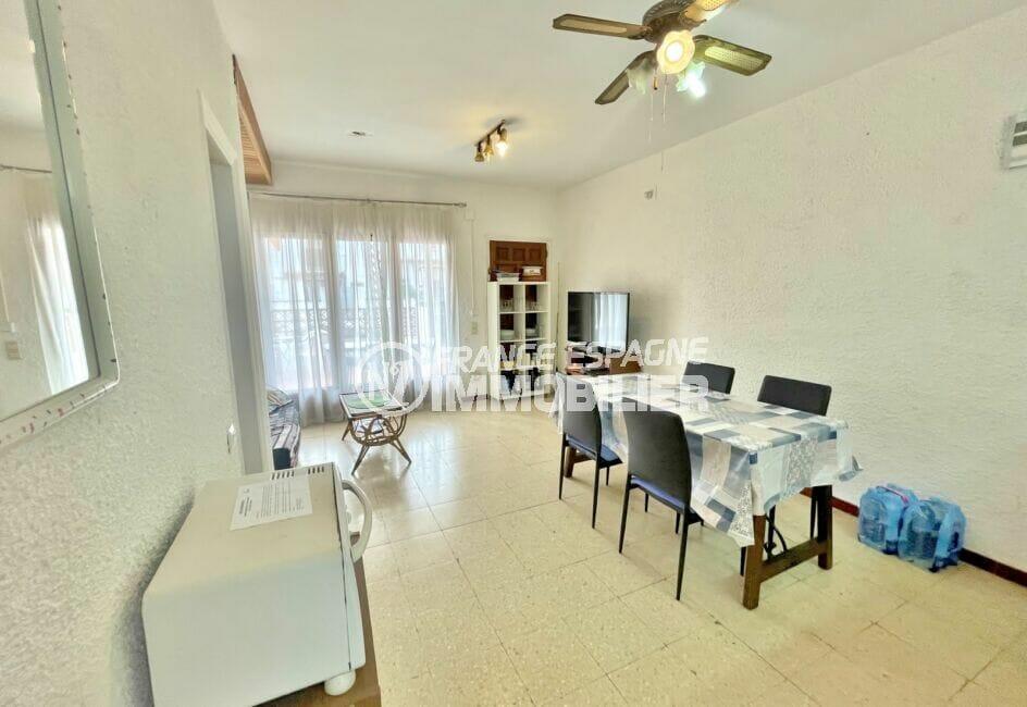 maison a vendre empuria brava, 2 chambres 76 m², séjour avec ventilateur et éclairage plafond