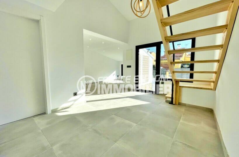 vente maison empuriabrava, 2 chambres 79 m², hall d'entrée avec escalier en bois pour accès aux chambres