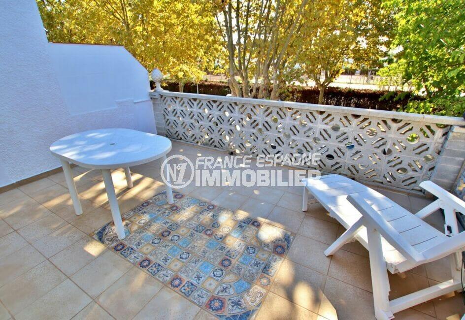 vente maison empuriabrava, 2 chambres 52 m², terrasse à l'étage avec table et chaise longue