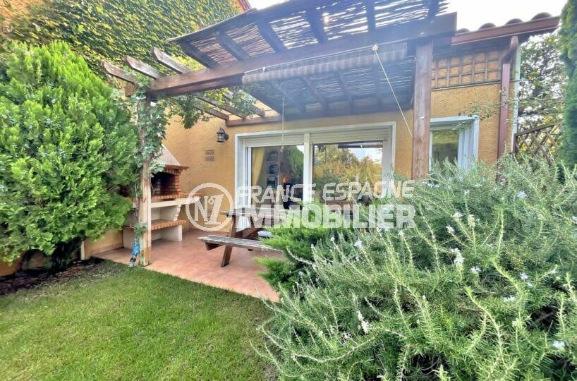 achat villa costa brava, 3 chambres 113 m², terrasse avec barbecue, table et bancs