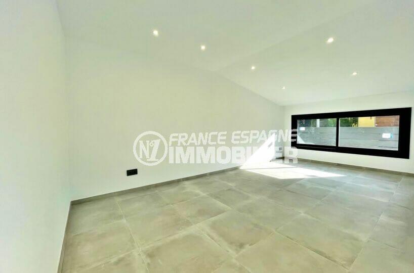 maison à vendre empuriabrava, 2 chambres 79 m², séjour avec spots encastrés au plafond, prises murales