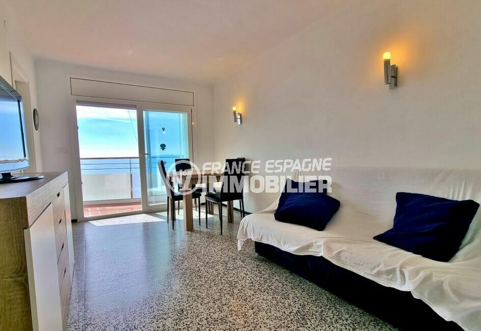 achat appartement rosas, 2 chambres 63 m², salon avec terrasse vue mer sur passage maritime