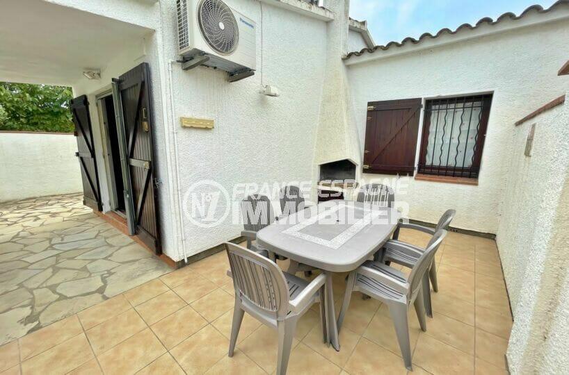 maison empuriabrava, 3 chambres 46 m², belle terrasse avec table, chaises et barbecue