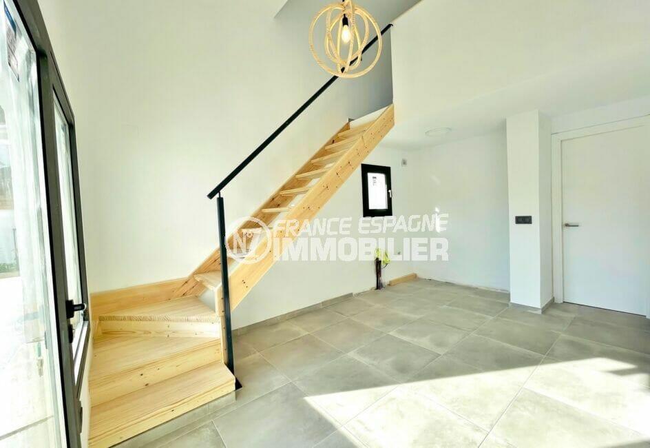 acheter maison empuriabrava, 2 chambres 79 m², escalier pour accès aux chambres