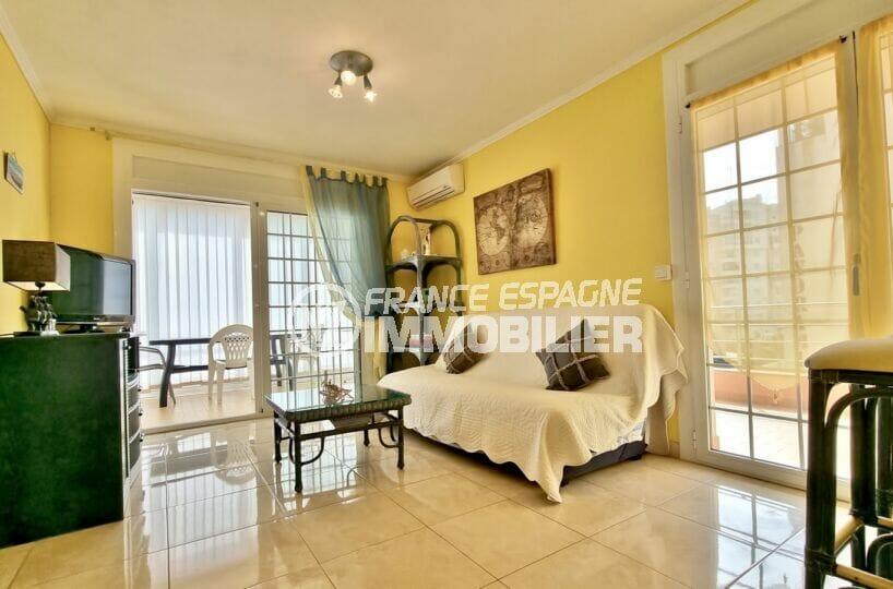 appartements a vendre a rosas, 2 chambres 84 m², salon donnant sur la terrasse et aussi sur la véranda
