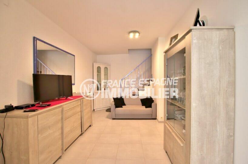 acheter maison empuriabrava, 2 chambres 52 m², salon avec escalier design pour les chambres