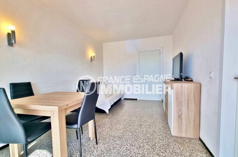 appartement a vendre roses, 2 chambres 63 m², salon / séjour avec appliques murales