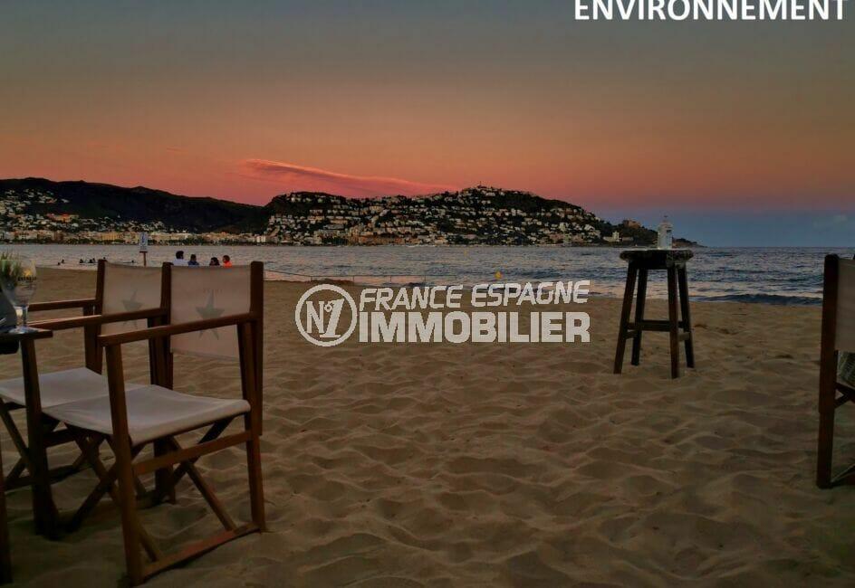 coucher de soleil sur la plage de rosas et le puig rom en arrière plan