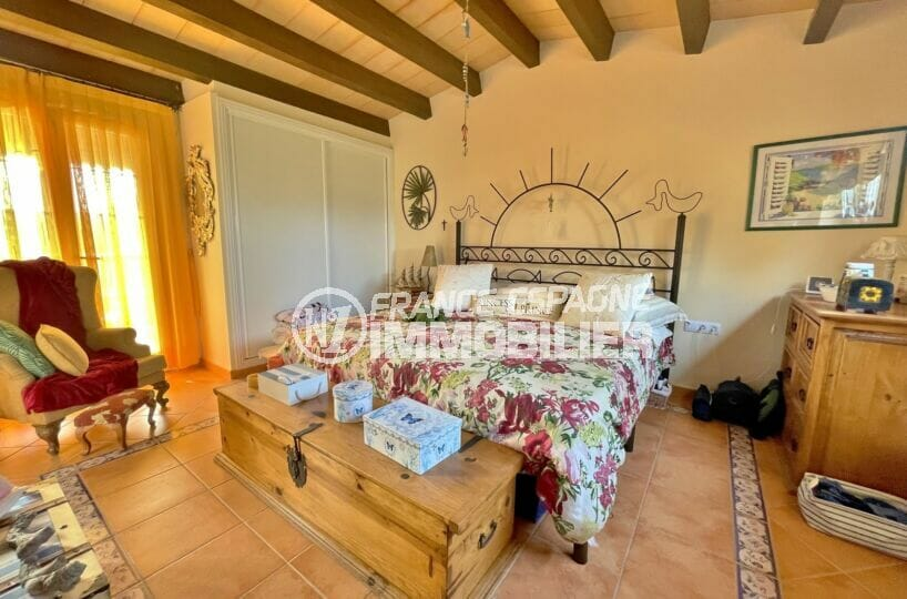 maison a vendre espagne bord de mer, 3 chambres 113 m², chambre à coucher avec poutres au plafond