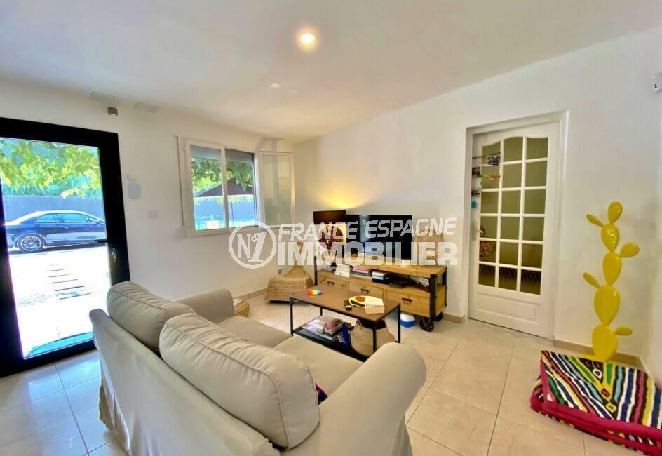 vente maison rosas espagne, 80 m² sur terrain 390 m², salon lumineux avec climatisation