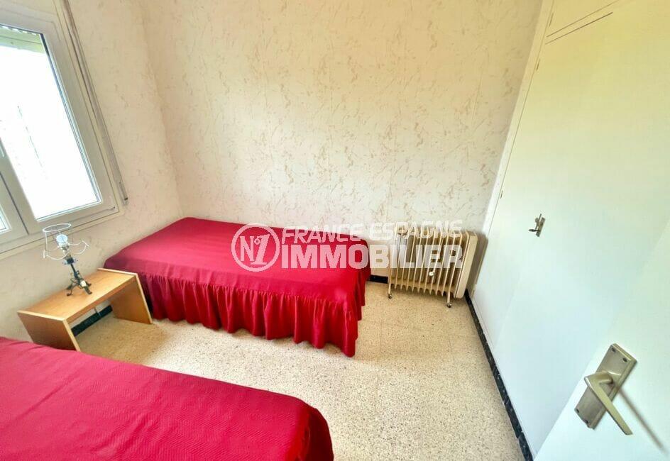 appartement à vendre à rosas, 2 chambres 66 m², chambre avec 2 lits simples et armoire encastrée
