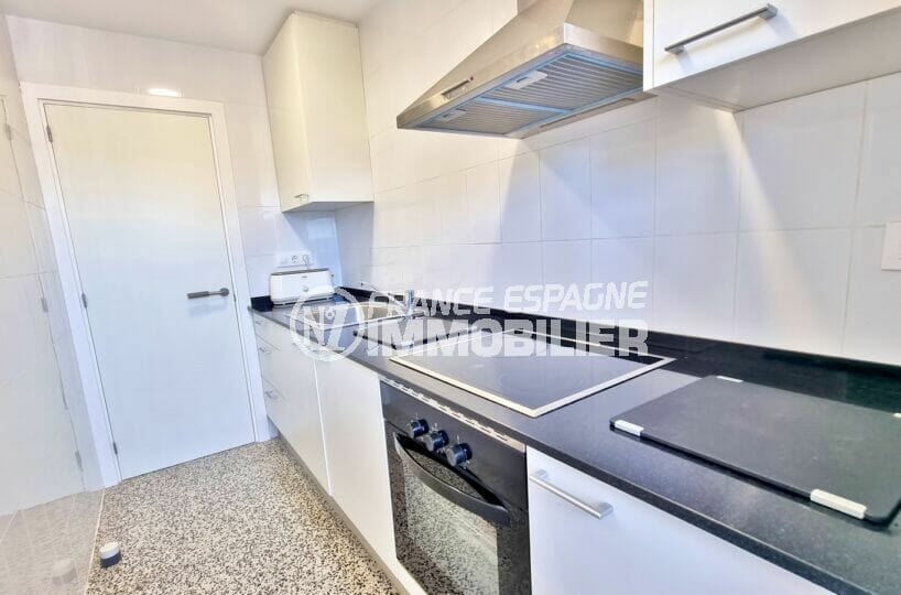 vente appartement roses espagne, 2 chambres 63 m², cuisine entièrement équipée, four, hotte, plaques