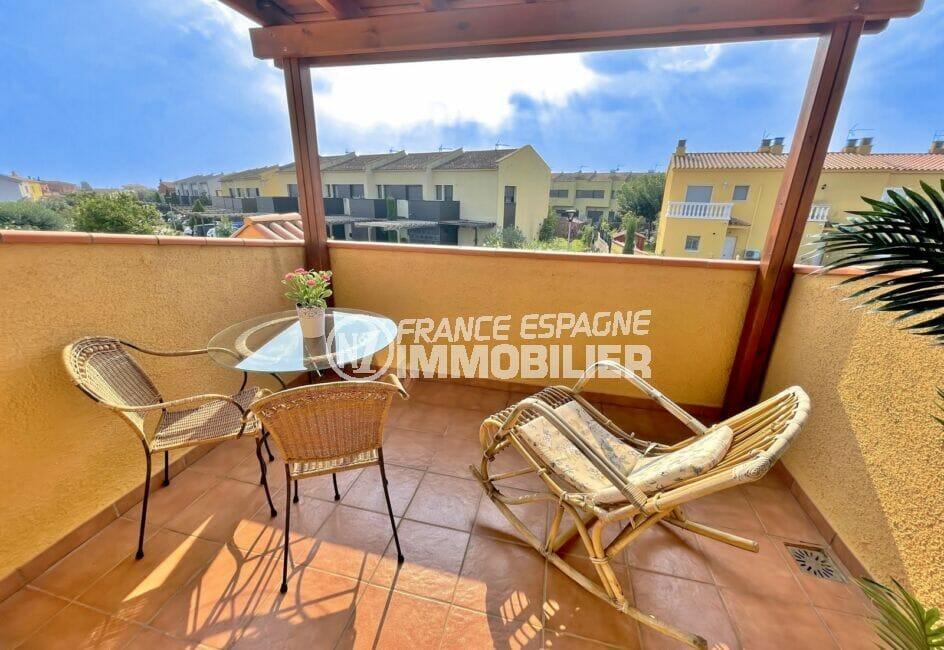 achat maison costa brava bord de mer, 3 chambres 113 m², terrasse couverte avec table et fauteuils