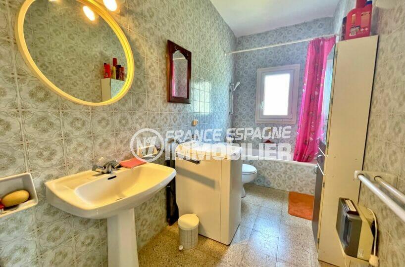 appartement a vendre rosas espagne, 2 chambres 66 m², salle de bain avec baignoire et wc