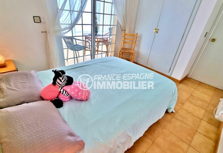 appartement à vendre rosas, 2 chambres 84 m², chambre avec lit double et armoire encastrée