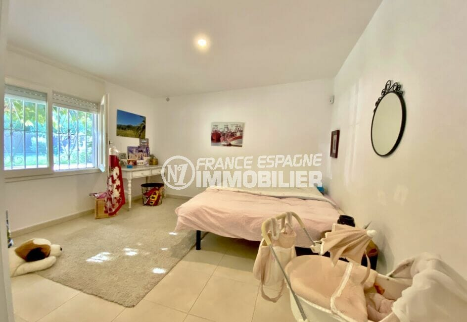 immo center rosas: villa 80 m² sur terrain 390 m², grande chambre à coucher lumineuse