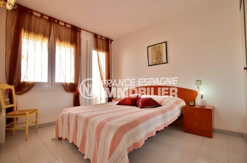 rosas immo: appartement 2 pièces 50 m², 1° chambre à coucher lumineuse avec terrasse
