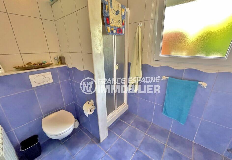 acheter maison espagne costa brava, 3 chambres 113 m², salle d'eau lumineuse avec douche ,wc et étagère