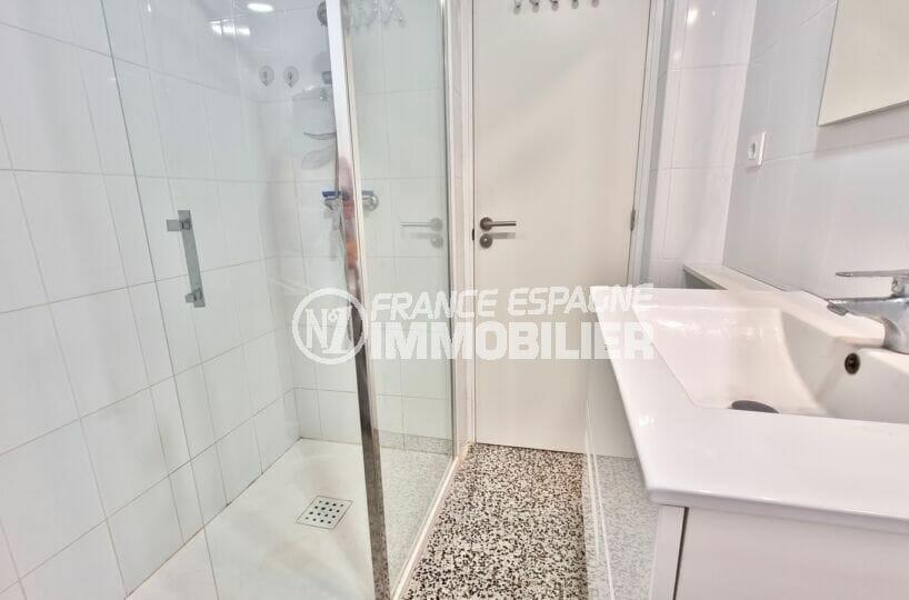 appartement rosas vente, 2 chambres 63 m², salle d'eau moderne, douche et grand lavabo