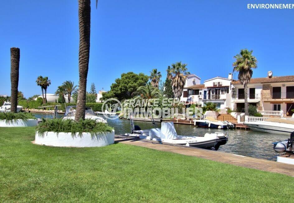 le canal d'empuriabrava avec ses beaux bateaux et ses somptueuses villas