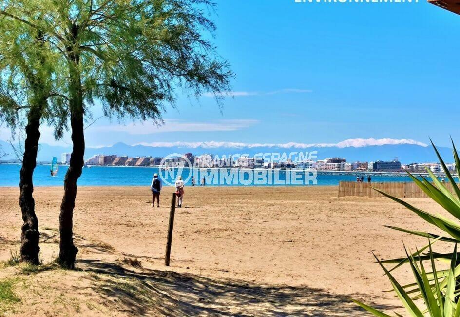 promenade sur le sable fin de la plage ensoleillée d'empuriabrava