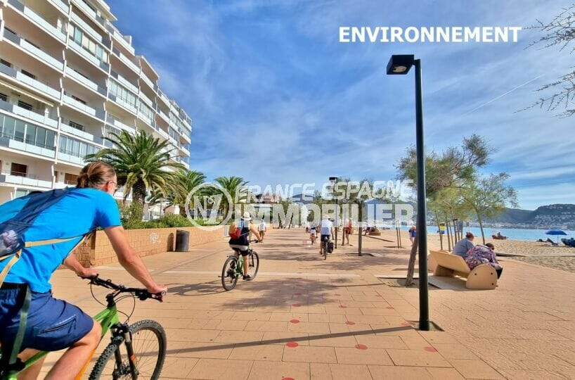 promenade à pied ou en vélo tout le long de la plage de roses