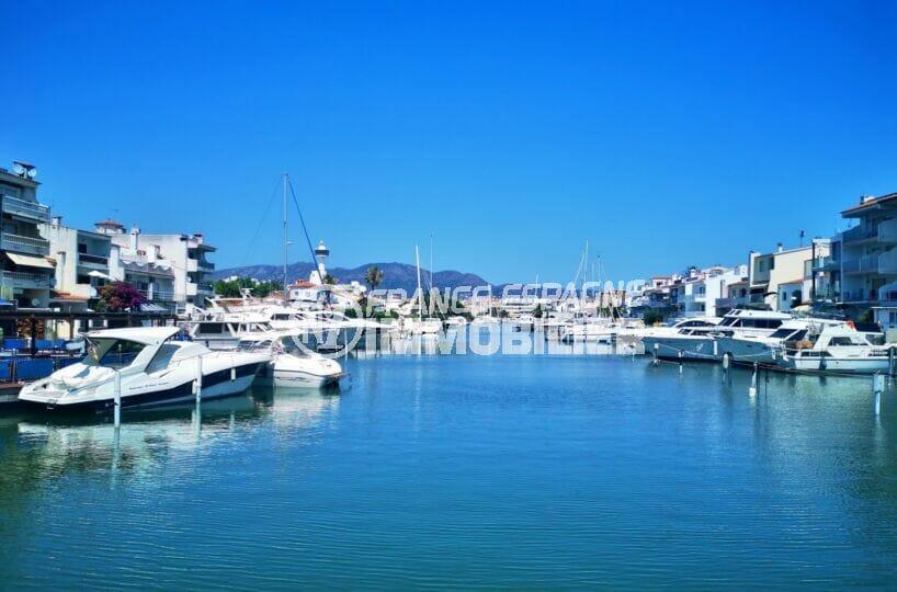 promenade sur le canal d'empuriabrava et ses magnifique villas et bateaux