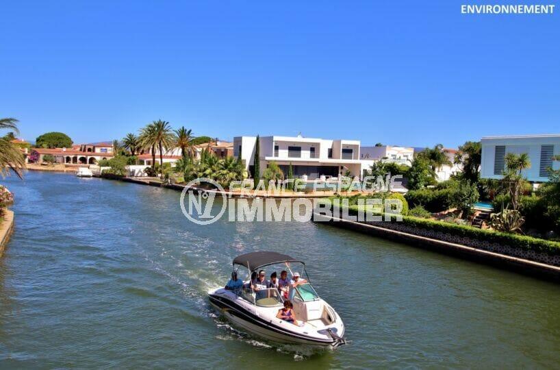 location de bateaux pour une promenade le long du canald'empuriabrava