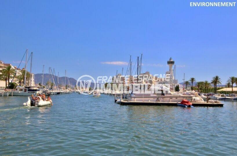 le port empuriabravaelle est composé d'un vaste réseau de canaux navigables (23 km)