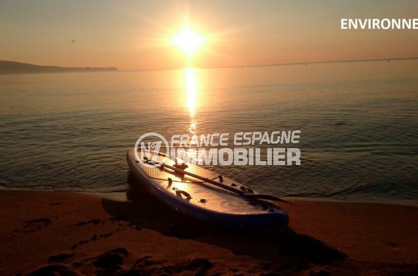 magnifique coucher de soleil sur la plage de vilacolum, vue sur les montagnes