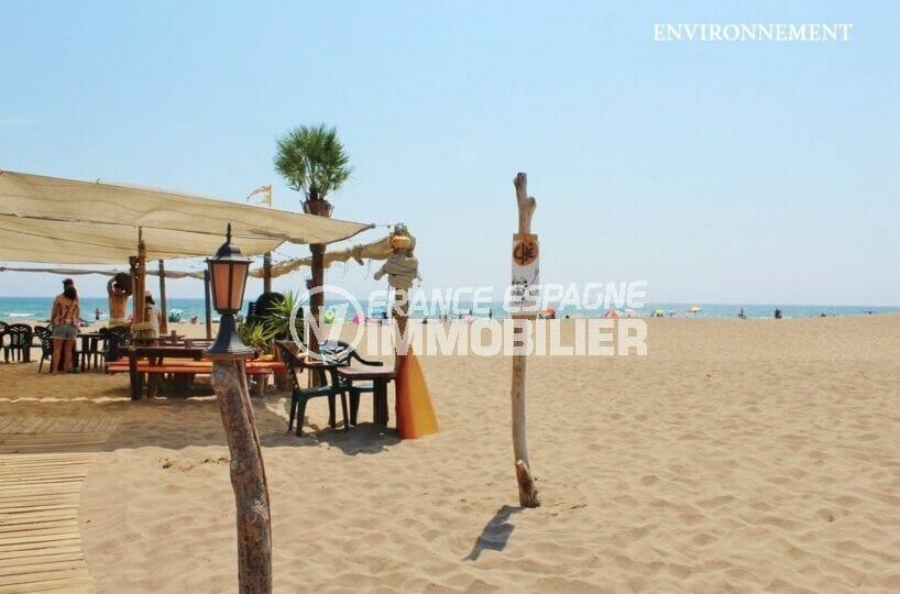 déjeuner les pieds dans le sable fin sur la plage de vilacolum