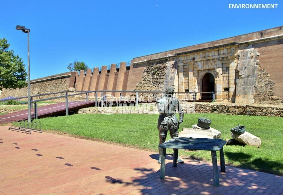 la citadelle de roses, forteresse militaire construite sur une enceinte fortifiée autour du monastère roman