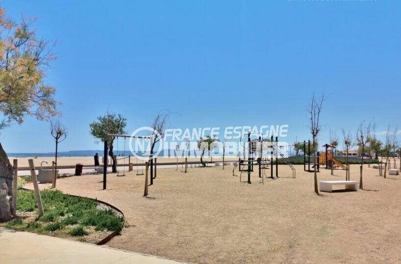 aire de jeux pour les enfants sur la plage d'empuriabrava