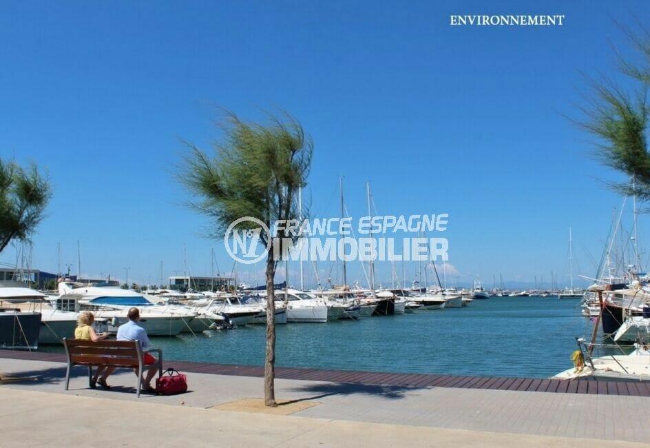 le port de plaisance de roses et ses somptueux bateaux à voiles ou à moteur