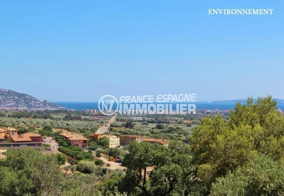 ville de roses sur la rive de la mer méditerranée avec la mer et les champs d'oliviers