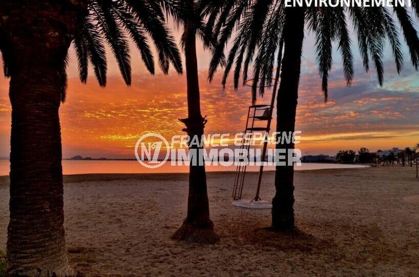 la plage de roses et son coucher de soleil aux couleurs magnifiques